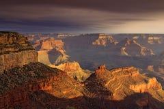 Majestatycznego zmierzchu obręcza Uroczystego jaru Południowy park narodowy Arizona zdjęcie royalty free