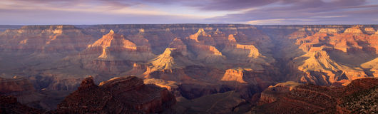 Majestatycznego zmierzchu obręcza Uroczystego jaru Południowy park narodowy Arizona zdjęcia royalty free