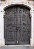 Majestatyczny średniowieczny drzwi z ozdobnymi metalu kamienia i wzoru kolumnami w Salzburg zdjęcia royalty free