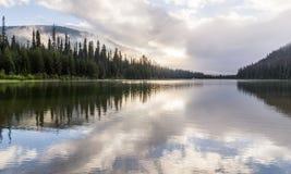Majestatyczny halny jezioro w Obsługiwać parka, kolumbiowie brytyjska, Kanada Fotografia Royalty Free