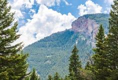 Majestatyczny halny szczyt i pochylania zbocze zakrywający z luksusowym lasem blisko Bozeman, Montana fotografia stock