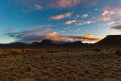 Majestatyczny krajobraz przy Karoo parkiem narodowym, Południowa Afryka Sceniczne stołowe góry, jary i falezy przy zmierzchem, Pr Zdjęcie Stock