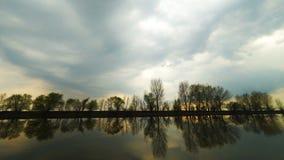 Majestatyczny rzeka krajobraz pod położenia słońca niebem z chmurami chmur zmroku złowieszcza overcast nieba burza Volga Rzeczny  zdjęcie wideo