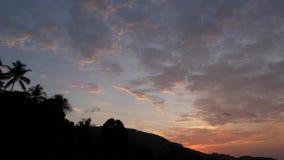 Majestatyczny tropikalny purpurowy lata timelapse zmierzch nad gór sylwetkami Widok z lotu ptaka dramatyczny zmierzch, chmurny zbiory