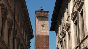 Majestatyczny zegarowy wierza między eklektycznymi pałac w Pavia, Włochy zbiory