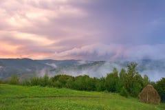 Majestatyczny zmierzch w góra krajobrazie chmur zmroku złowieszcza overcast nieba burza Karpacki, Rumunia, Europa Zdjęcie Stock