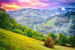 Majestatyczny zmierzch w góra krajobrazie chmur zmroku złowieszcza overcast nieba burza Karpacki, Rumunia, Europa Karpacki, Ukrai Fotografia Royalty Free