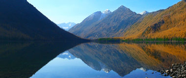 Majestic emerald mountain lake Stock Photography