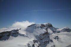 Majesticalscène met ijsbergen met sneeuwpiekenmidden van wolken, Landschap met mooie hoge rotsen en dramatische bewolkte hemel Royalty-vrije Stock Foto