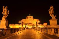 Majestätisches Schloss des Heilig-Engels über dem Tiber-Fluss bis zum Nacht in Rom, Italien Lizenzfreies Stockbild