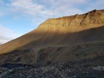 Majestueus en dromerig berglandschap op svalbard stock foto's