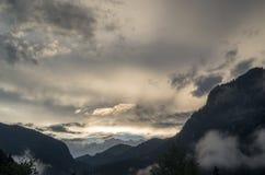 Majestueus landschap van rotsachtige bergen bij gouden zonsondergang in Dolomiet Nationaal Park stock afbeeldingen