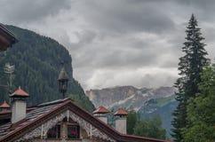 Majestueus landschap van rotsachtige bergen bij gouden zonsondergang in Dolomiet Nationaal Park Stock Foto