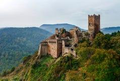 Majestueus middeleeuws kasteel heilige-Ulrich op de bovenkant van de heuvel stock foto