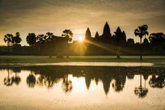Majestueuze Angkor Wat bij Zonsopgang Stock Afbeeldingen