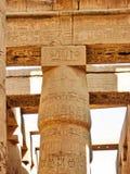 Majestueuze chapiter van kolom in tempel Karnak Stock Foto's