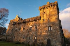 Majestueuze Gebouwen van Dean Castle Tower in Recente Middag Sunlig royalty-vrije stock fotografie