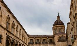 Majestueuze kathedraal in oude stad Dubrovnik, beroemde historische en toeristische bestemming in Europa stock fotografie