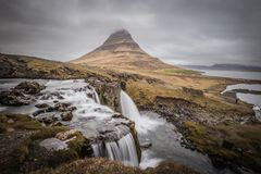 Majestueuze Kirkjufell en waterval in West-IJsland Royalty-vrije Stock Foto