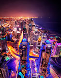 Majestueuze kleurrijke de jachthavenhorizon van Doubai tijdens nacht De Jachthaven van Doubai, Verenigde Arabische Emiraten stock foto's