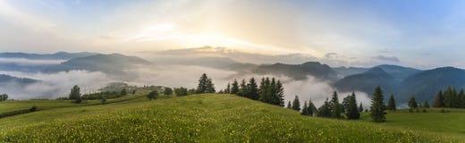 Majestueuze mening over mooie mistbergen in mistlandschap Dramatische ongebruikelijke scène De achtergrond van de reis Het onderz Royalty-vrije Stock Afbeeldingen