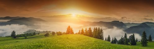 Majestueuze mening over mooie mistbergen in mistlandschap Dramatische ongebruikelijke scène De achtergrond van de reis Het onderz Stock Foto