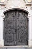 Majestueuze middeleeuwse deur met overladen van de metaalpatroon en steen kolommen in Salzburg stock fotografie