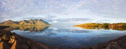 Majestueuze Panoramische de zomermening van het Westen Ijslandse delta dichtbij Borganes met bezinning over water, IJsland Royalty-vrije Stock Afbeelding