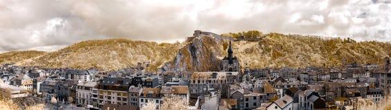 Majestueuze panoramische infrarode mening van Dinant Stock Foto