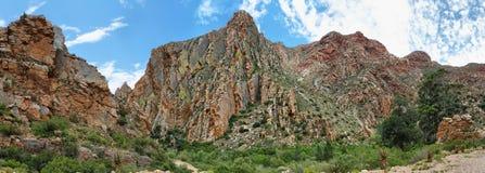 Majestueuze rotsachtige roodachtige bergen in Swartberg-pas royalty-vrije stock foto