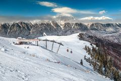 Majestueuze skitoevlucht in Prahova-vallei, de Karpaten, Azuga, Roemenië, Europa Stock Afbeeldingen