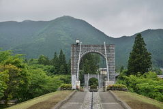 Majestueuze steenachtige brug die voor voetgangers over de groene vallei in Nikko, Japan overspannen Stock Afbeeldingen