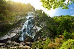 Majestueuze watercascade van Powerscourt-Waterval, de hoogste waterval in Ierland royalty-vrije stock foto's