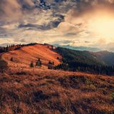 Majestueuze zonsondergang Bergvallei tijdens zonsopgang Het natuurlijke landschap van de avondzomer Stock Foto