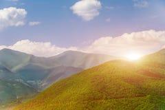 Majestueuze zonsondergang in de bergen Stock Foto's