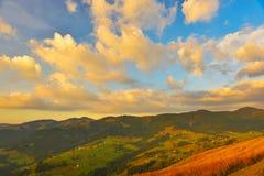 Majestueuze zonsondergang in de de herfstbergen stock foto's