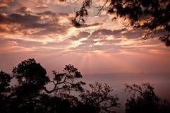 Majestueuze zonsondergang in het bergenlandschap Royalty-vrije Stock Afbeeldingen