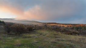 Majestueuze zonsondergang in het bergenlandschap met zonstralen Stock Foto's