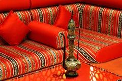Majlis est un endroit privé où l'invité sont reçus et amusés Photos stock