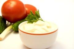 Majonäse und Frischgemüse Stockfoto
