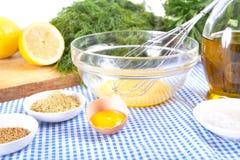 Majonäsebestandteile auf Tischdecke Stockfoto