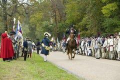 Major General Benjamin Lincoln monta a cavalo abaixo da estrada da rendição no 225th aniversário da vitória em Yorktown, um reena Fotografia de Stock