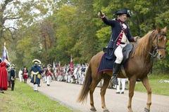 Major General Benjamin Lincoln monta a cavalo abaixo da estrada da rendição no 225th aniversário da vitória em Yorktown, um reena Foto de Stock