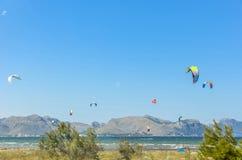 MAJORCA, ΙΣΠΑΝΙΑ - 9 ΙΟΥΛΊΟΥ 2013: Surfers που απολαμβάνει το ελεύθερο sunn τουριστών στοκ φωτογραφία με δικαίωμα ελεύθερης χρήσης