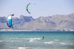 MAJORCA, ESPANHA - 9 DE JULHO DE 2013: Surfistas que apreciam o sunn do turista livre Fotografia de Stock