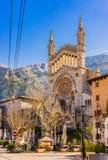 Majorca, hermosa vista de Soller con la iglesia y las montañas imagen de archivo