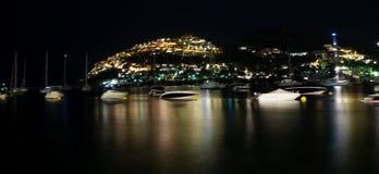 Majorcan hamn på natten Arkivbild