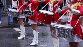 Majorets è allineato e tramortente la melodia Prestazione della via in occasione della festa Giorno piovoso video d archivio