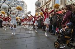 MAJORETTE dal ballo del Montenegro eseguito in onore della molla Immagini Stock