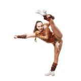 majorette professionnelle habillée dans un costume de guerrier ; position sur une jambe Fentes verticales Photographie stock libre de droits